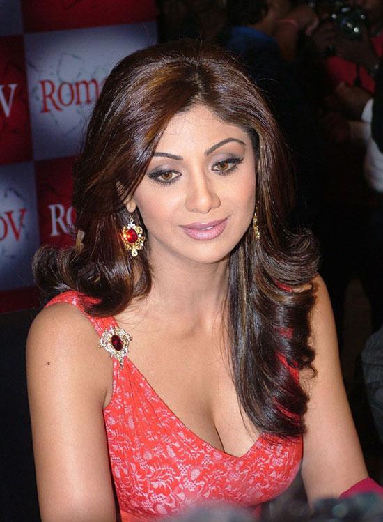 Shilpa Shetty deep cleavage