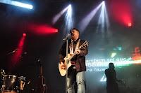 Fernandinho faz o público cantar em coro os seus sucessos