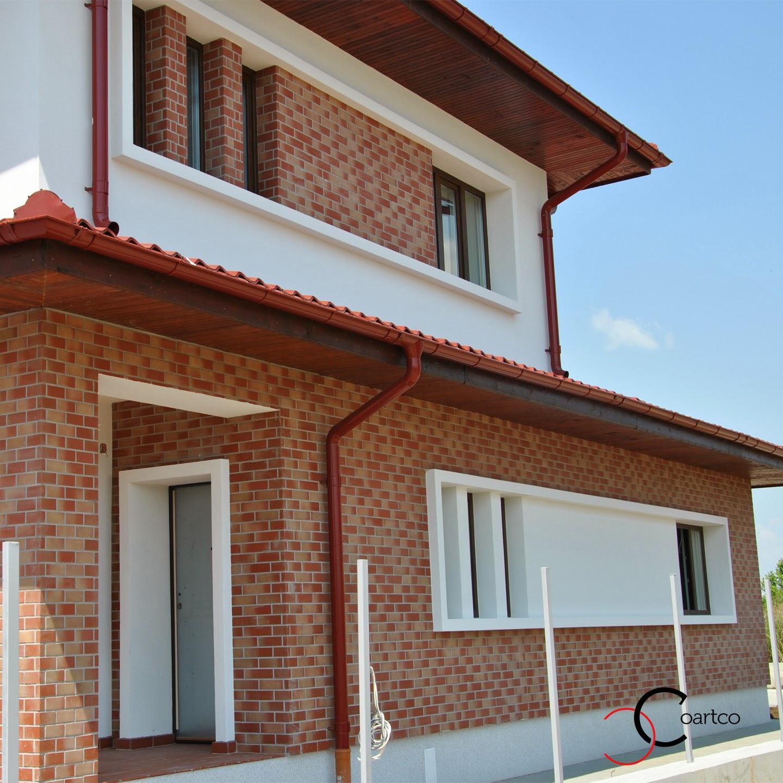 profile decorative, fatada casa cu ancadramente simple din polistiren si placata cu caramida aparenta