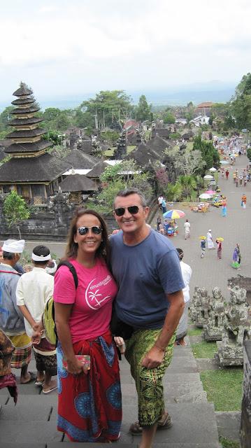 Yayo y Macarena en la escalera de acceso a Pura Penataran