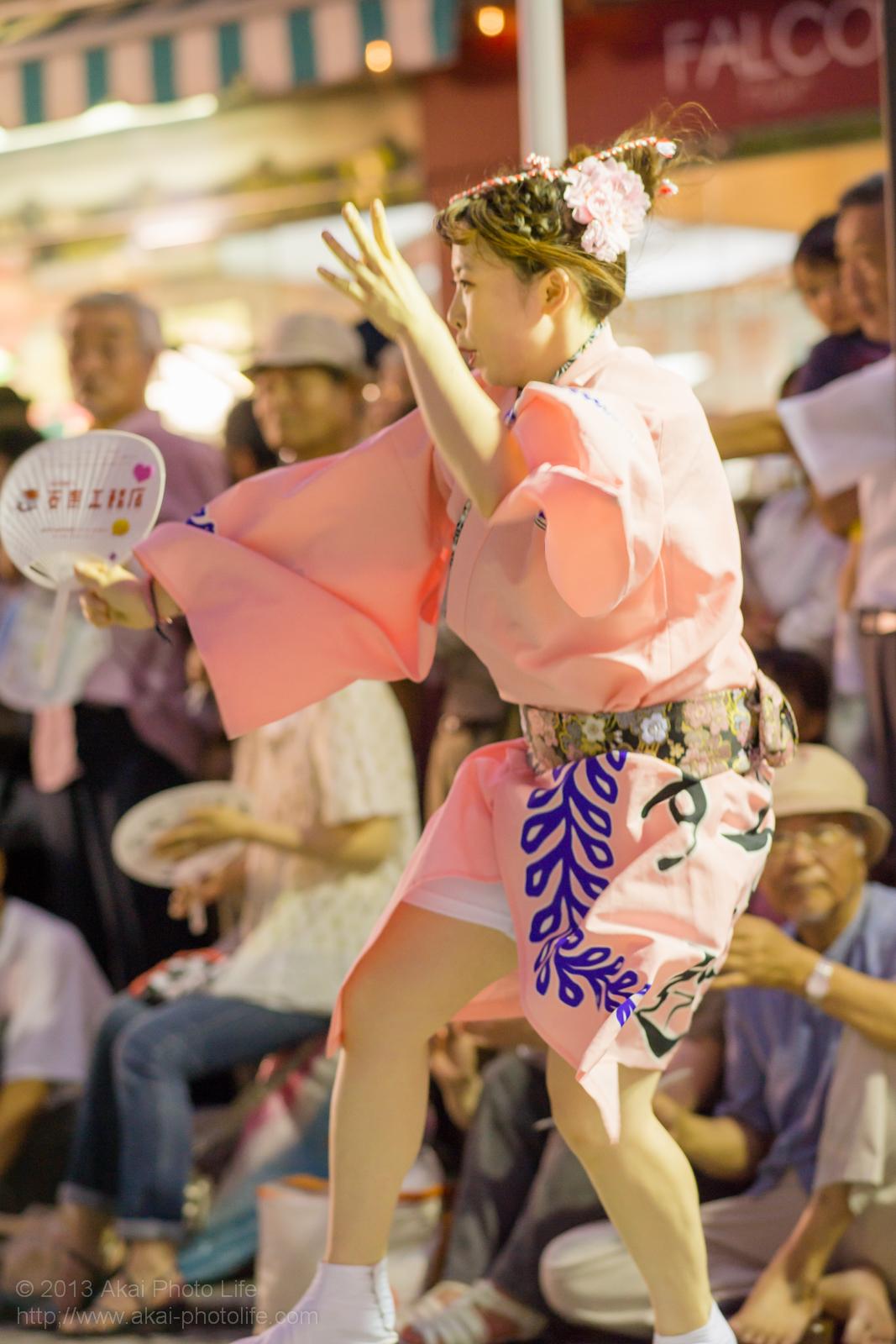 三鷹阿波踊り、りずむ連の女性の男踊り うちわ