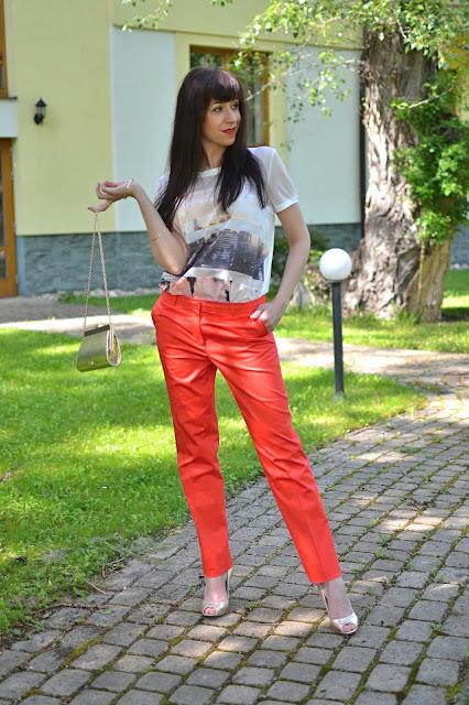 JEDEN KOSTÝMOVÝ_Katharine-fashion is beautiful_Oranžové sako a nohavice_Oranžový kostým_Zlaté lodičky_Katarína Jakubčová_Fashion blogger