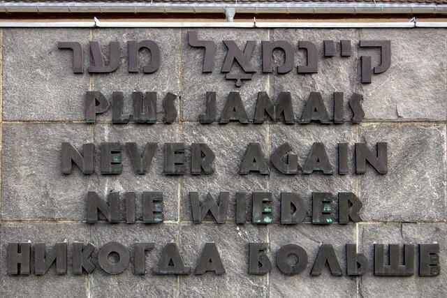 Biển tưởng niệm với dòng chữ 'Không bao giờ nữa' ở trại tập trung Dachau tại Đức