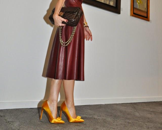 Como combinar un vestido burdeos