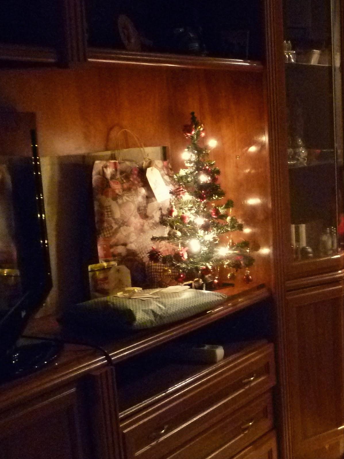 Regalos alrededor de un arbolito de navidad