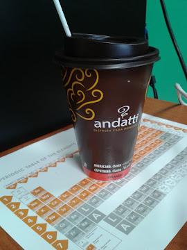 El café de la tienda de la esquina con tabla periódica...