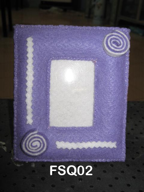 Bingkai foto flanel ukuran postcard, warna dasar ungu hiasan roll ...