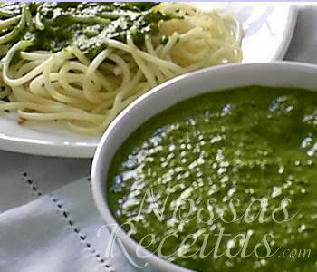 receita de molho delicioso preparado com manjericão e nozes.
