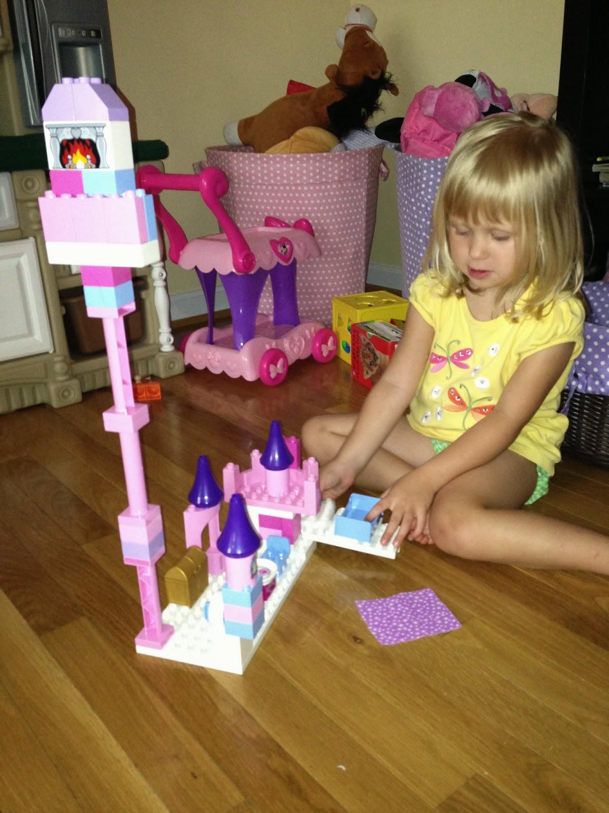 Красивая девушка развлекается со своей любимой игрушкой фото 128-539
