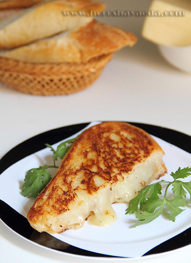 Горячий французский бутерброд с жаренным луком и сыром
