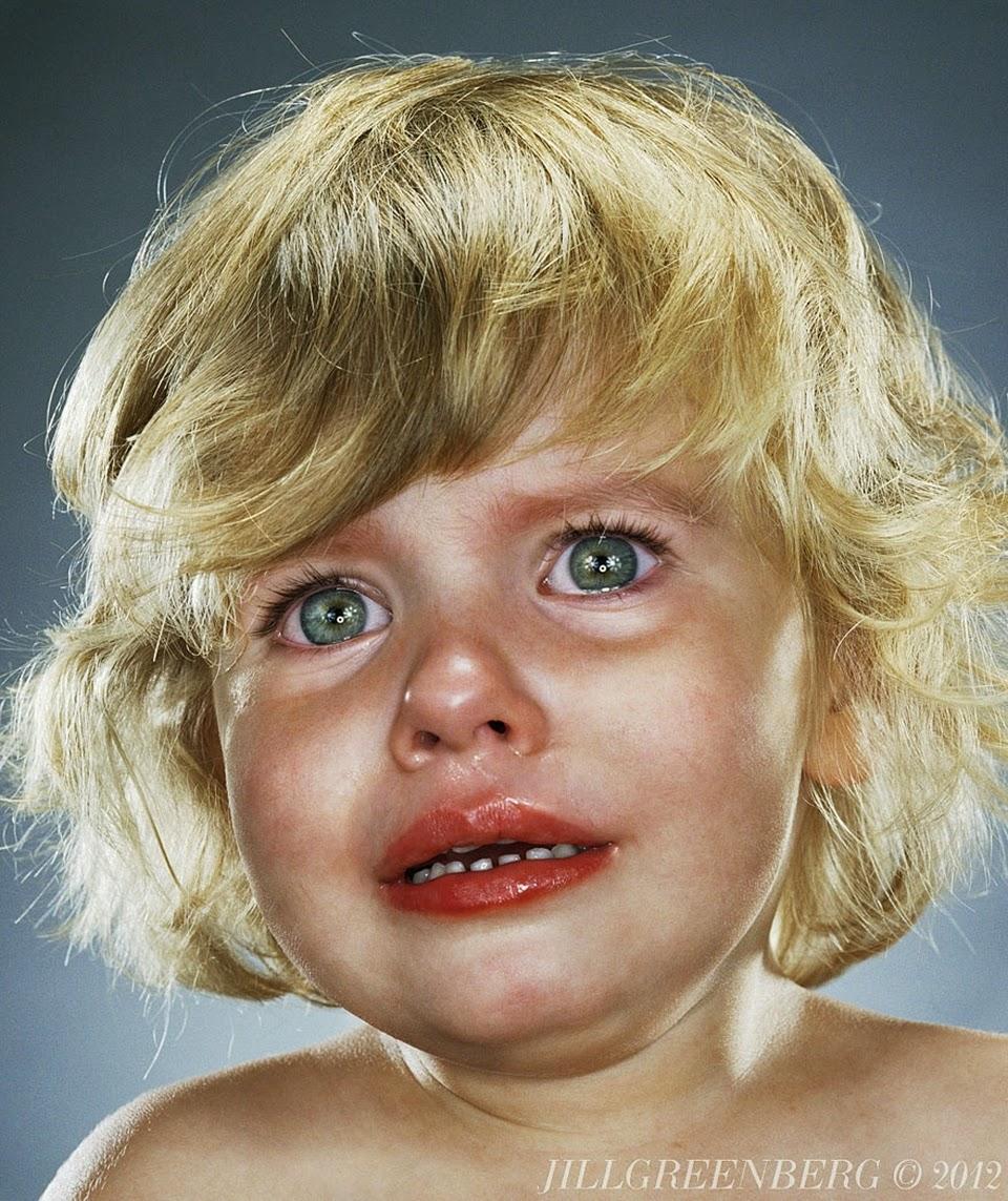 """""""Kto daje i odbiera..."""" - to powiedzenie znamy od dzieciństwa. Nie poznała go chyba amerykańska fotografka Jill Greenberg - kobieta dawała dzieciom słodycze, po czym bardzo szybko je zabierała i... robiła im zdjęcia. Reakcje dzieci były łatwe do przewidzenia. Środowisko artystyczne zareagowało natychmiast, oskarżając Jill o instrumentalne traktowanie najmłodszych i wykorzystywanie ich """"dla sztuki"""". Greenberg posługuje się bardzo sugestywnym pseudonimem """"Manipulatorki"""" i odpiera zarzuty dotyczące dręczenia dzieci mówiąc, że te i tak ciągle płaczą, sterując swoimi rodzicami. Wszystko w imię sztuki? źródło: www.pudelek.pl Kontrowersyjne zdjęcia w sztuce może i są dopuszczalne, ale czy płacz dzieci wywołany przez nie dojrzałych urzędników Powiatowego Centrum Pomocy Rodzinie w Radzyniu Podlaskim?"""