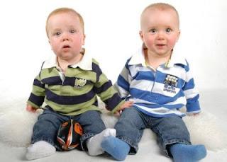 gemelos mellizos criando múltiples individualizar individualidad crianza respeto carro gemelar
