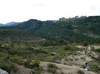Vista del Montcau a l'esquerra i de Talamanca a la dreta mentre baixem al Pla del Molí
