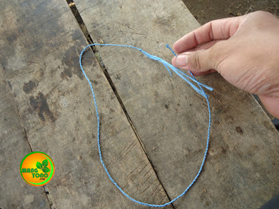 Foto 2 : Membuat tali urek dengan tali plastik yang dirara