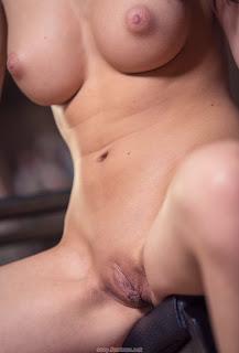 性感的母狗 - feminax-sexy-nici-dee-sensual-poses-naked-showing-her-tight-pussy-06-712882.jpg