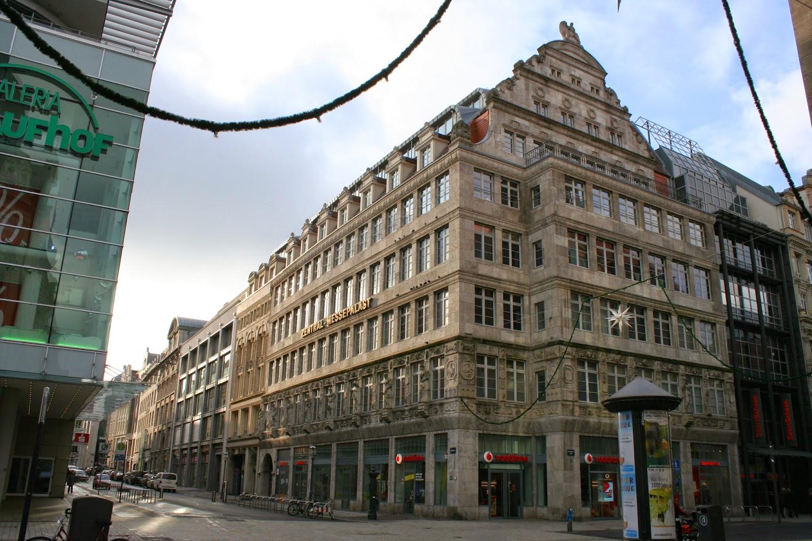 """Das ursprüngliche Gebäude des """"Zentralmessepalast"""" in der Grimmaischen Straße der Innenstadt wurde 1914 zur Frühjahresmesse eröffnet - den Namen erhielt das Haus durch den Mittelpunkt von 2 Handelsstraßen"""
