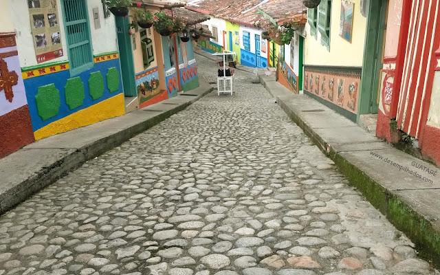 Cidade de Guatapé na Colombia. Passeio com crianças saindo de Medellin. Roteiro para um dia. Trip with kids.