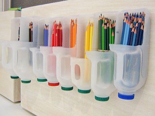 Porta lápis feito com garrafas de desinfetante