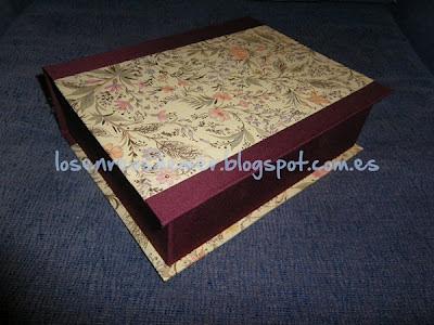 Caja libro realizada con la técnica del cartonaje