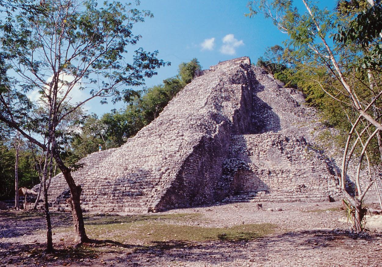 Restos arqueológicos de Cobá en la Riviera Maya, México