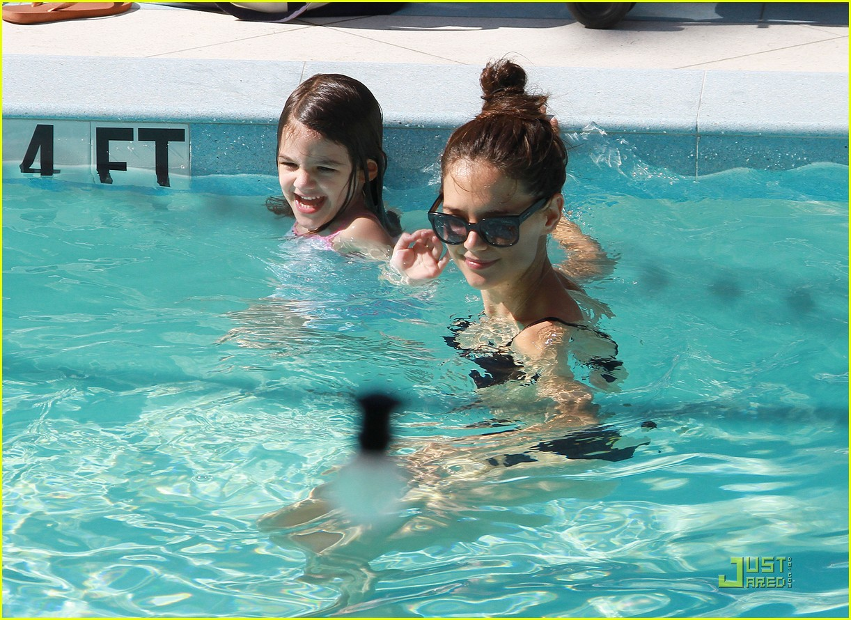 http://4.bp.blogspot.com/-qcLM0DEVuQw/TiWCofT1iAI/AAAAAAAANqI/NqIdhHfIENs/s1600/katie-holmes-tom-cruise-pool-day-with-suri-08.jpg