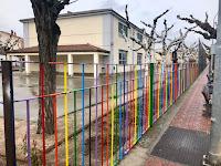 La colorida verja del colegio