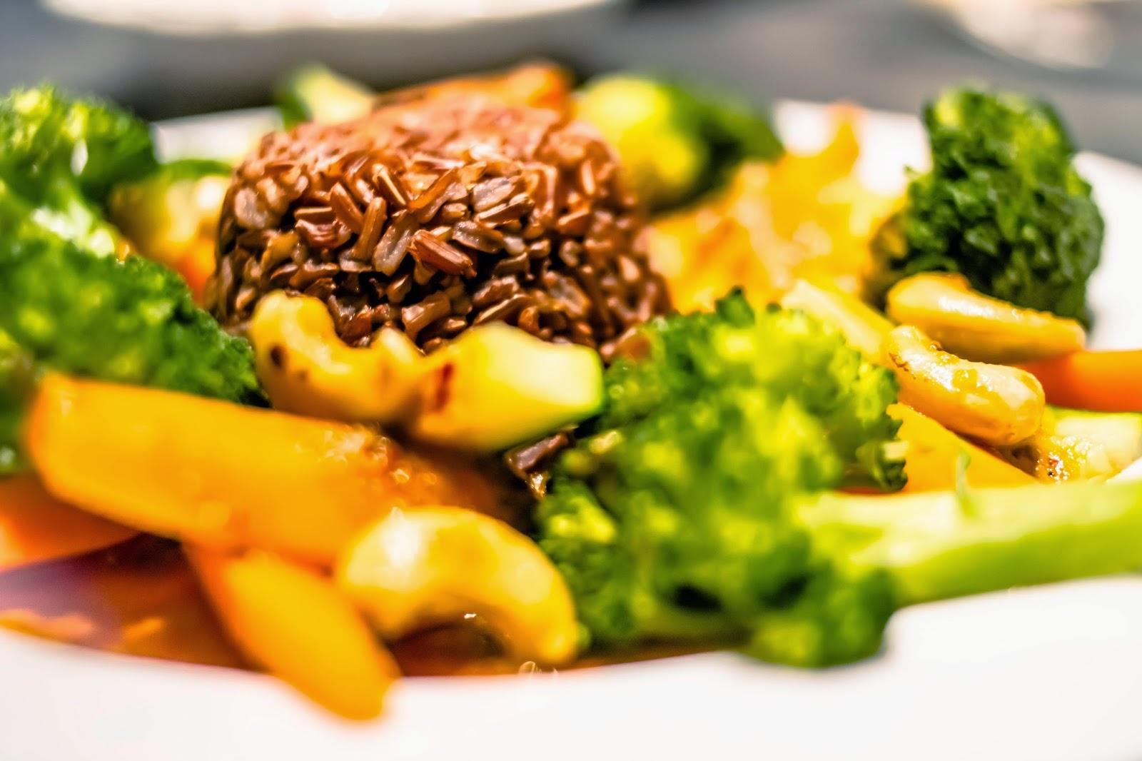 Massamancurry mit Gemüse und rotem Jasminreis hübsch angerichtet