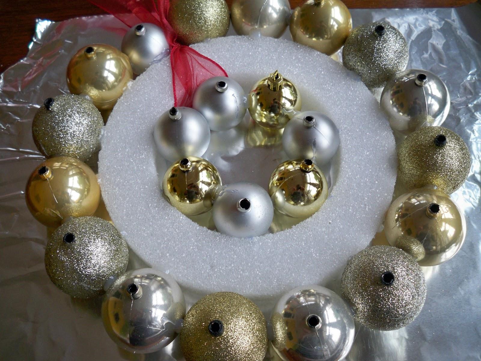 Ball+ornament+wreath