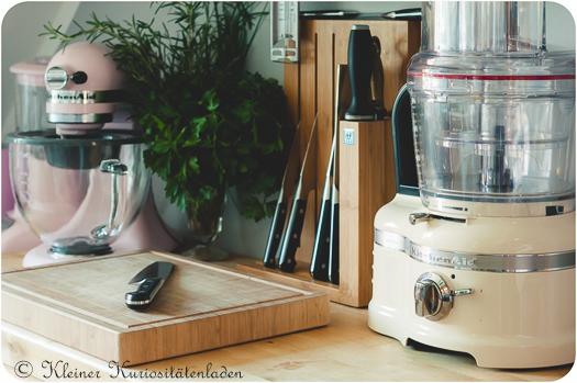Arbeitstisch mit Foodprocessor und Küchenmaschine