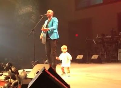 Bebê sobe no palco durante show do pai e 'rouba a cena' ao requebrar
