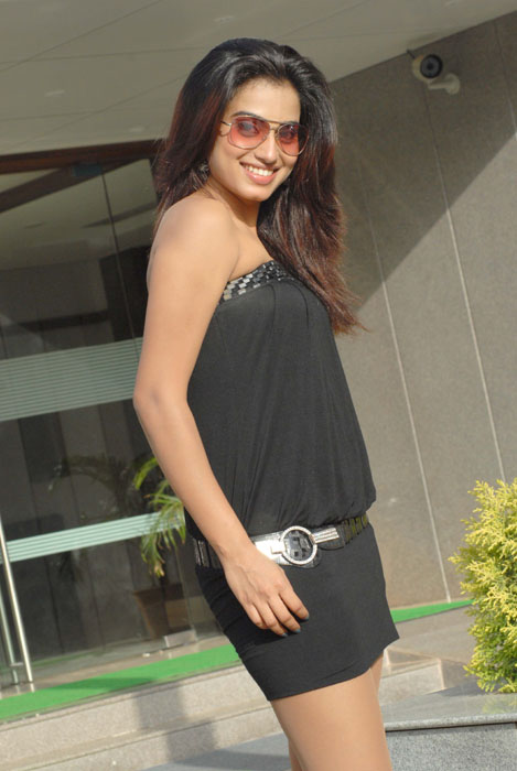 HOT ACTRESS DIMPLE CHOPRA IN SEXY DRESS hot photos