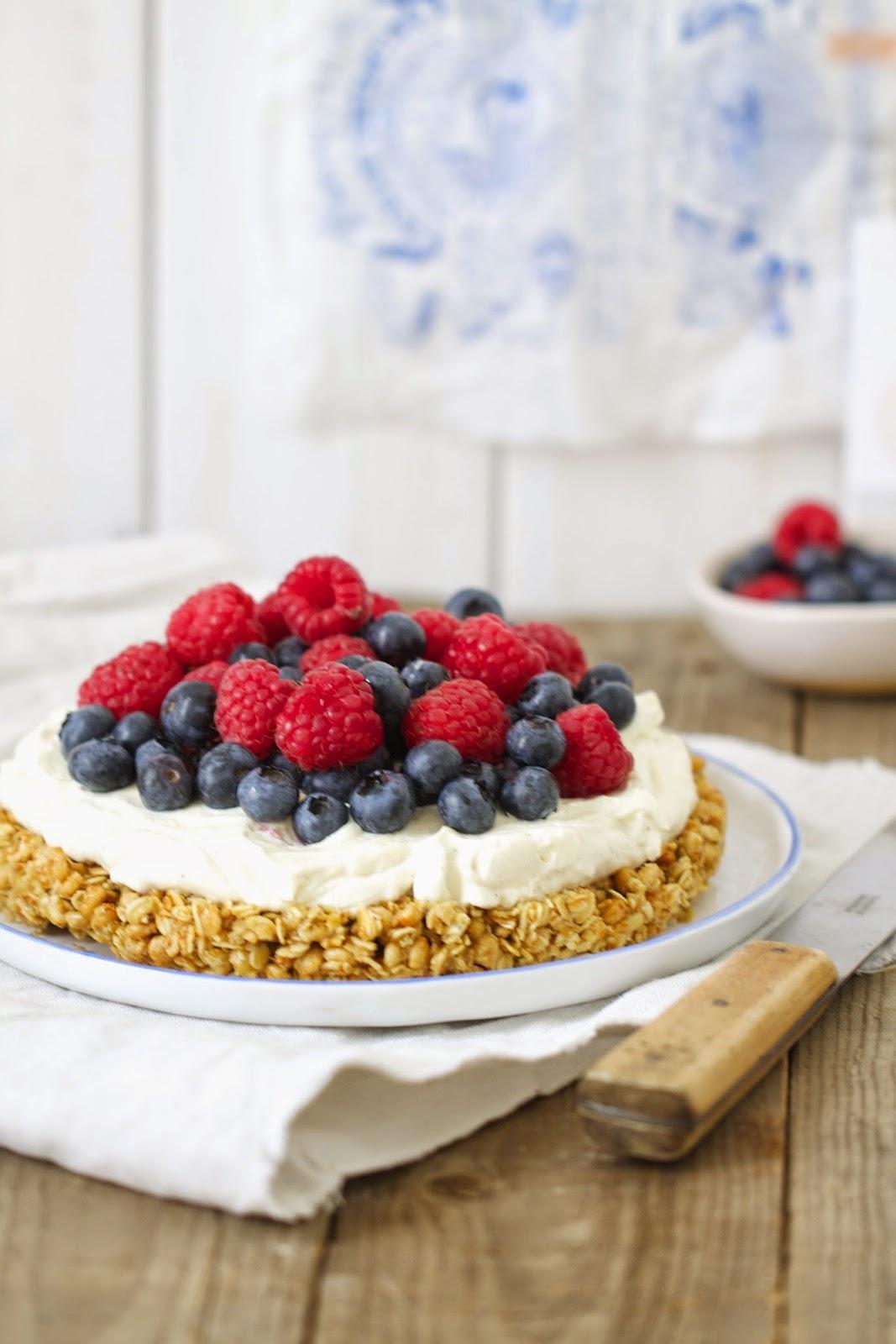 Ein easy-peasy und superschneller Kuchen mit Müsli und Beeren! Der wandert noch nicht mal in den Ofen. Also perfekt für den Sommer!