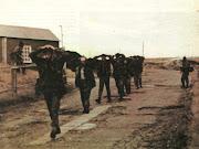 La batalla por Puerto Argentino deja a mas de 150 soldados argentinos y .