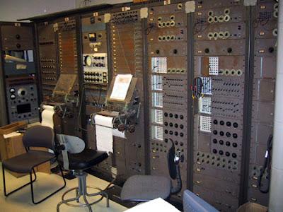 El primer sintetizador modular, el RCA Mk II Sound Synthesizer desarrollado por Harry Olson y Herbert Belar para el Columbia-Princeton Electronic Music Center en 1957