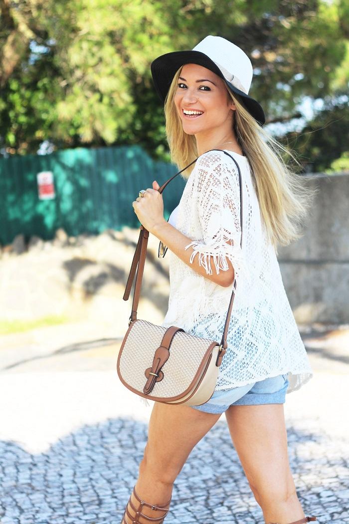 Olá, meninas!! E, hoje, no Look do dia, temos um estilo boémio ou o chamado Boho/Hippie Style. Descontraído, informal, óptimo para um passeio durante a tarde. Outfit. Crochet, franjas, denim, sandálias gladiadoras, missguided. Tendências. Style Statement. Blog de moda portugal. Dicas de moda