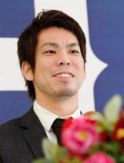3億円の大台に乗り、会見で笑顔を見せる前田(撮影・出月俊成)