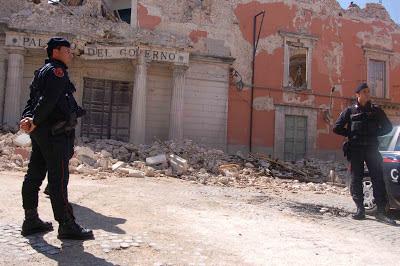 SISMICITÀ IN ITALIA E CARTE TRUCCATE  Abruzzo+L%27Aquila+terremoto+(foto+Gianni+Lannes)+488+br