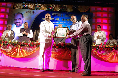Prime Point Srinivasan and Murugan Muthiah  presenting the Sansad Ratna Award 2012 to Mr Hansraj Gangaram Ahir MP at Chandrapur