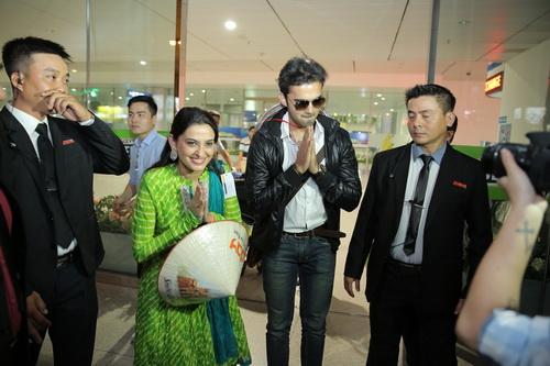 """không ngờ rằng, khi trở lại sân bay đón """"mẹ"""" trong phim lại được các fan chào đón nồng nhiệt đến thế."""