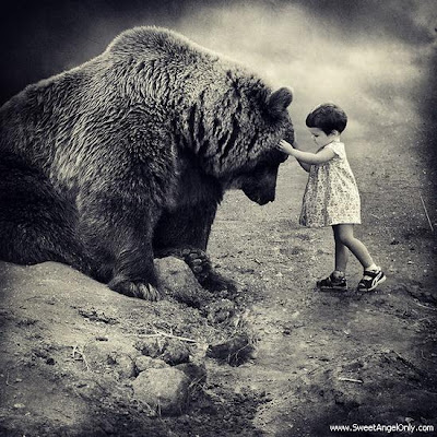 funny_picture_small_baby_with_big_bear_vandanasanju.blogspot.com