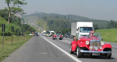 Os MPs deixam o Pico do Jaraguá para trás, junto com o estresse e a poluição de São Paulo. O clima estava muito favorável para curtir a estrada.