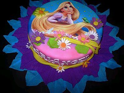 Otra linda torta de un piso con una torre de castillo en medio, en la