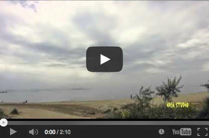 Μια συννεφιασμένη μέρα στην παραλία Αρτέμιδος