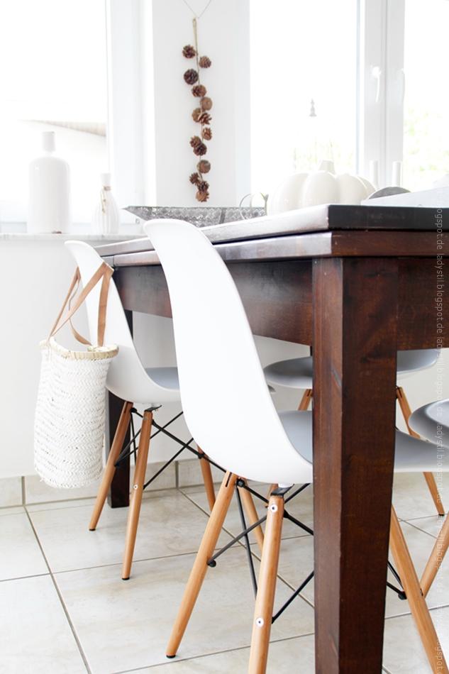 Herbstdeko und Tischdeko mit Kürbissen und Eames Stühlen