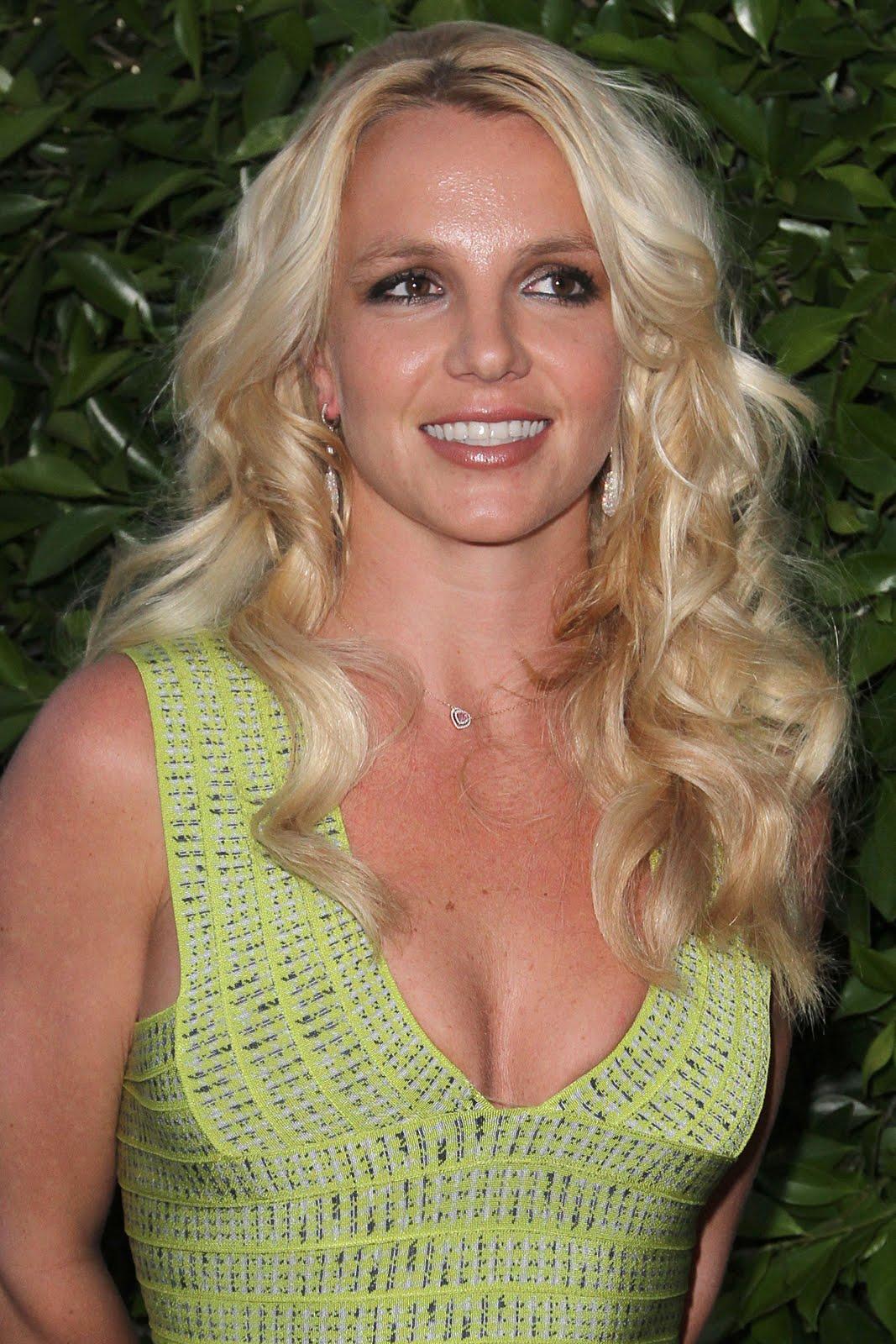 http://4.bp.blogspot.com/-qiwl41WVUoU/ThZukiZFUDI/AAAAAAAAFVQ/7S6CAmLgJhk/s1600/Britney+Spears-femme+fatale-circus-ooops+i+did+it+gain-pics-Britney+Spears+2011-+%25284%2529.jpg