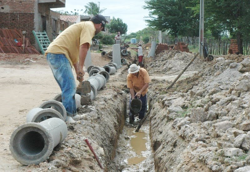 Em andamento obra de construção da rede de esgoto em Ouro Velho