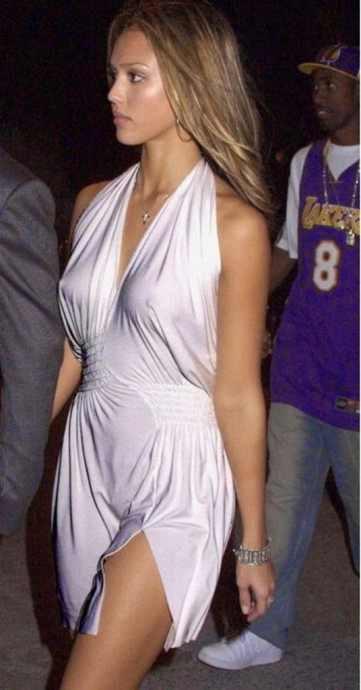 Jessica Alba dress up a plain white dress