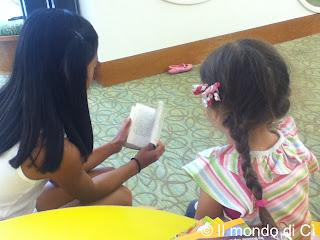 Una bimba orientale ha letto un libro intero alla piccola eSSe