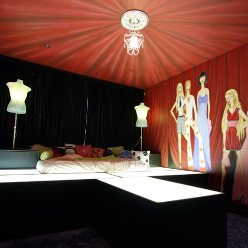 http://www.poshtots.com/childs-furniture/childrens-beds/fantasy-themed-beds/fashionistas-runway-bed-and-mural/2639/2644/2387/25754/poshproductdetail.aspx