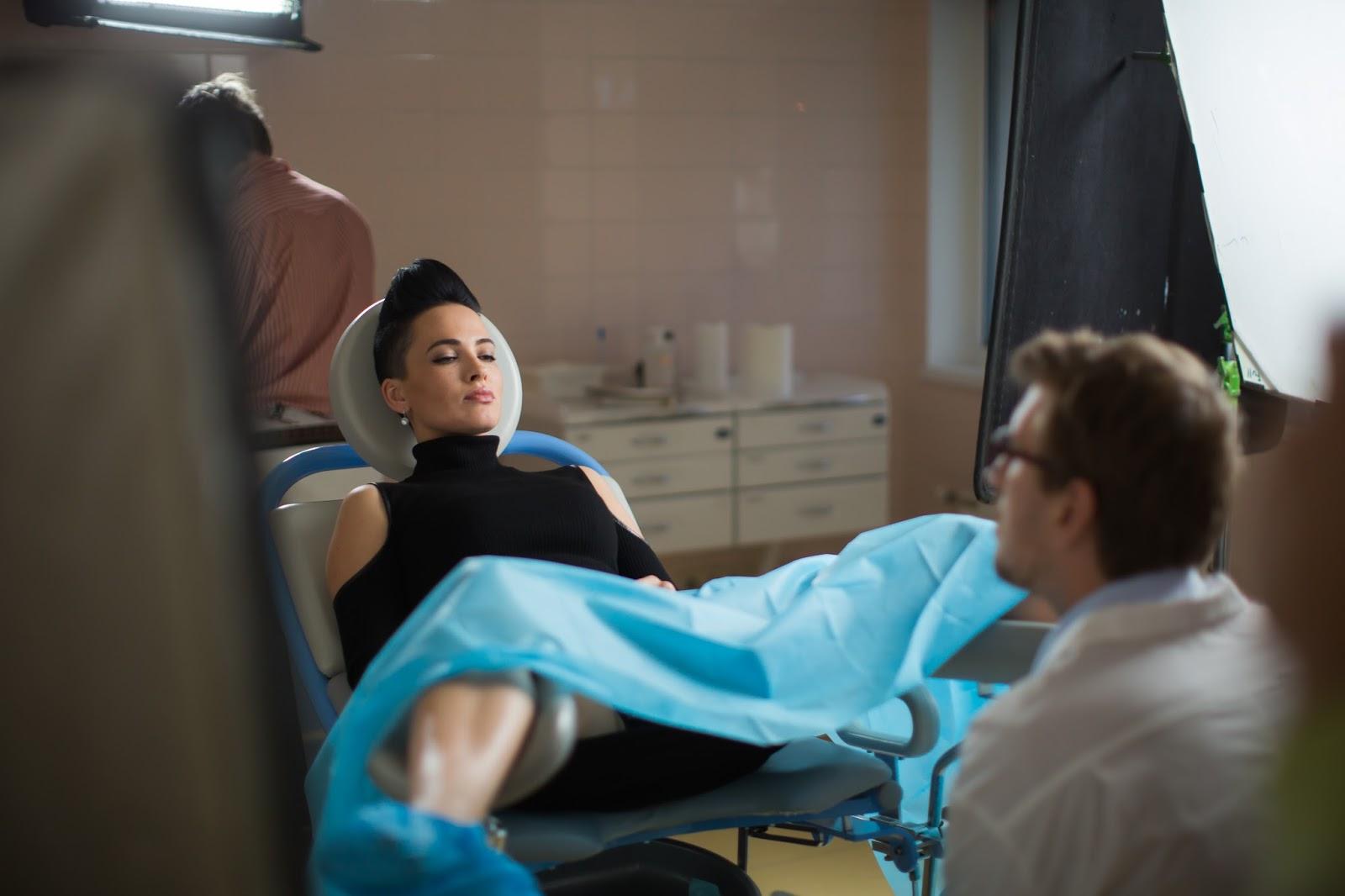 Фото голой девушки в гинекологическом кресле